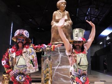 Let 3 na performansu poklanjanja spomenika 'Angela Merkel sere' Predsjedničkim dvorima (Foto: Zoran Stajčić)