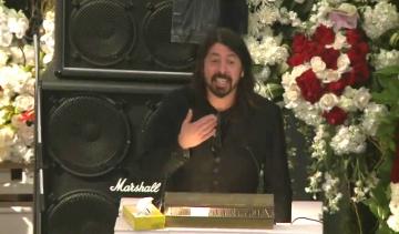 Dave Grohl na pogrebu Lemmyja Kilmistera
