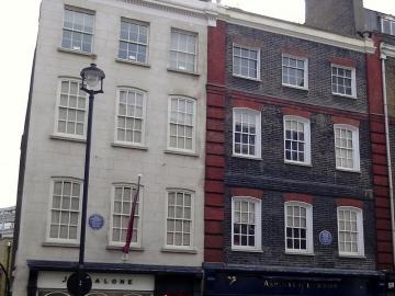 Bijela zgrada (lijevo) je Brook Street 23 gdje je živio Jimi Hendrix, ulaz do (crna fasada) je zgrada u kojoj je živio Händel (Foto: Wikipedia)