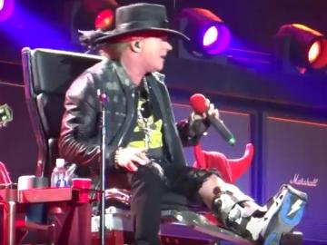 Axl Rose s imobiliziranom nogom na pozornici u Lisabonu
