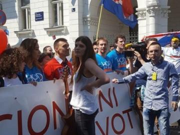 Dunja Ercegović zaustavlja povorku 'Pravo na život' (Foto: Dubravo Lepušić)