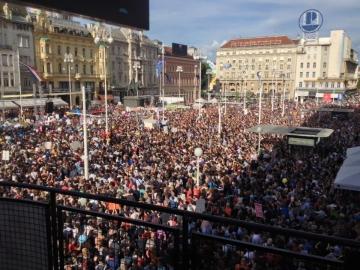 Po službenom policijskom izvješću 1. lipnja okupilo se 40.000 ljudi na glavnom zagrebačkom trgu kako bi dali podršku nastavku provođenja Cjelovite kurikularne reforme obrazovanja (Foto: Vedran Peternel)