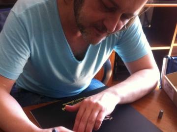Zoran Čalić potpisuje vinilna izdanja albuma 'U moru i plamenu'