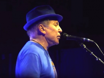 Paul Simon izvodi 'Bridge Over Trouble Water' u Forest Hillsu