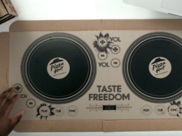 DJ pult na kartonskoj ambalaži za dostavu Pizza Hut pizze