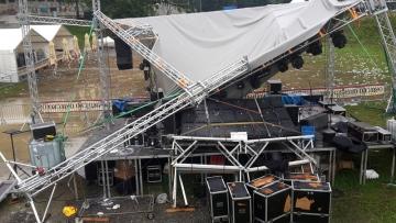 Srušena pozornica Ferragosto Jam festivala u Orahovici (Foto: Ferragosto Jam / Facebook)
