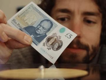 Nova novčanica od 5 funti kao gramofonska igla (Izvor: Youtube)