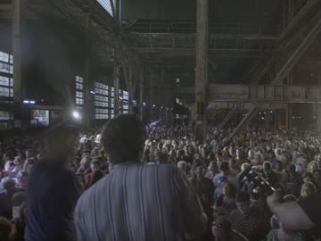 Rufus Wainwright i mnoštvo pred njim izvodi legendarnu pjesmu Leonarda Cohena u Torontu