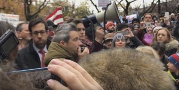 Adam Horovitz drži govor u Memorijalnom Parku Adama Yaucha (Izvor: Youtube)
