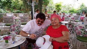 Ilija Menadžer i Esma Redžepova na terasi šibenskog hotela