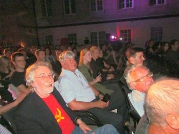 Tu sam slučajno naletio na Borisa Belea (u crvenoj majici sa žutim srpom i čekićem) i na Andreja Veblea (desno, iza vremešnog vlasišta, s naočalama, u plavoj košulji). Oba gledaju u kameru, hvala im u ime Dodogovora (Foto: Marko Brecelj)