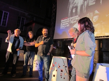 Slijeva nadesno: Veble (maše), Štefan Jež (prekrižene ruke), Borut Činč (bez harmonike), Boris Bele (pola koraka natrag, pogled nadolje). Posve desno je djevojka s Radio Stidenta koja je manjkavo vodila razgovor (Foto: Marko Brecelj)