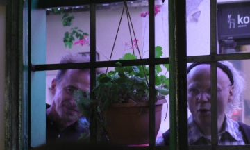 Max Juričić i Boris Leiner kroz prozor s ulice slušaju Rundekov nastup Pod starim krovovima (Foto: Zoran Stajčić)