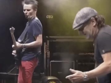 Matt Bellamy i Brian Johnson zajedno na pozornici Reading Festivala (Izvor: Youtube)