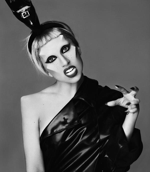 Lady Gaga u crnom Muglerovom lateksu (Foto: Mariano Vivanco, modni urednik: Nicola Formichetti, frizura: Bob Recine i šminka: Billy B) - Universal Music