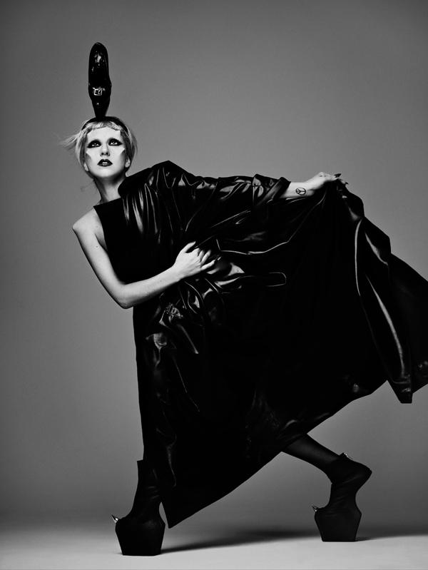 Lady Gaga u crnom Muglerovom lateksu (Foto: Mariano Vivanco, modni urednik: Nicola Formichetti, frizura: Bob Recine i šminka: Billy B) - - Universal Music