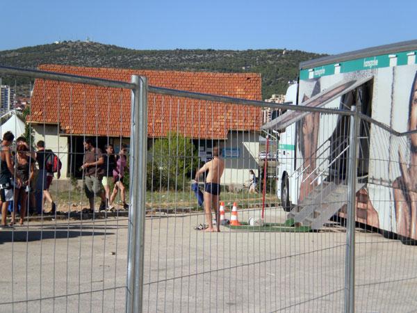 Kamion za tuširanje u kampu (Foto: Dražen Vujović)